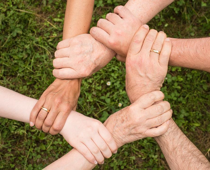 Manos unidas simbolizando la ayuda Filia