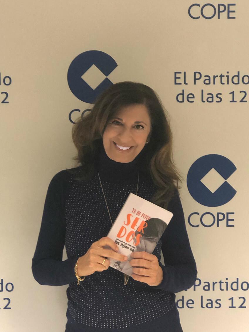 Lucía del Prado con el libro YO NO PUEDO SER DOS en Herrera en La Cope