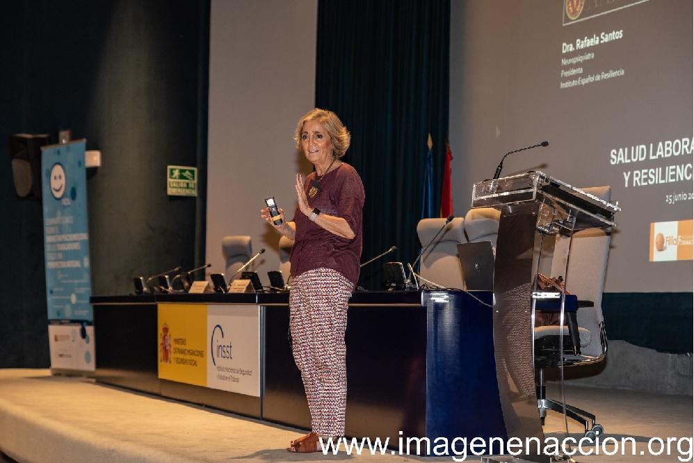 """Rafaela Santos impartiendo su conferencia sobre """"Resilencia y Salud"""""""