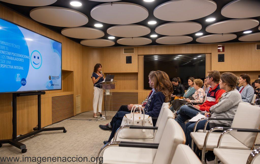 Alejandra Grepi presentando al ponente Manuel Martín Loeches Catedrático de la UCM
